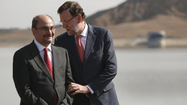 El presidente aragonés (en la imagen, con Rajoy) pide exigir a Puigdemont el cumplimiento de las sentencias