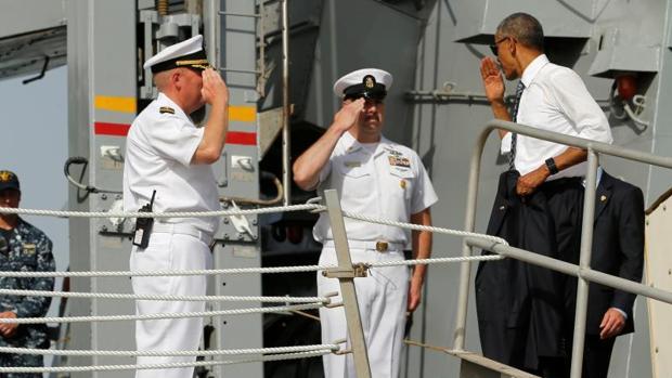 Obama, durante su visita al destructor USS Ross