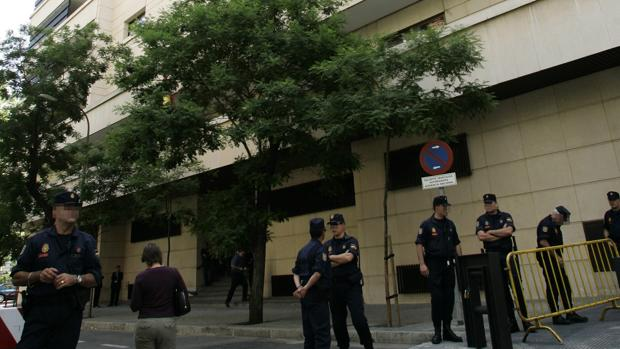 La fachada de la Audiencia Nacional cuatodiada por efectivos del CNP