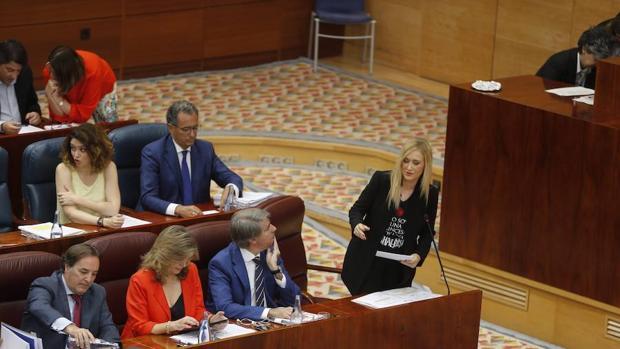 Cristina Cifuentes, junto a su equipo, en la Asamblea de Gobierno de Madrid