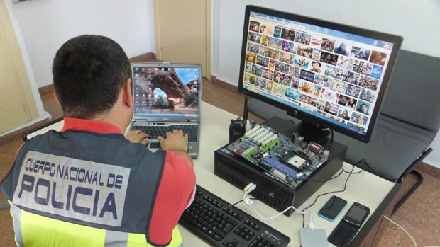 Un agente de la Policía Nacional inspecciona un dispositivo