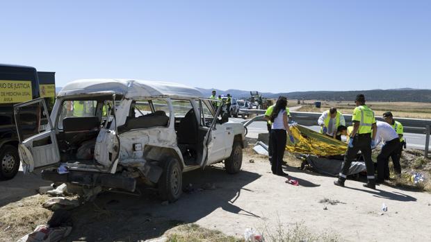 Vista del accidente en el que dos personas han muerto y otras siete han resultado heridas en Salobral (Ávila)