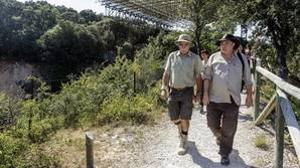 El codirector de los yacimientos de Atapuerca, Eudald Carbonell, durante la inauguración este lunes de la senda botánica junto a los yacimientos