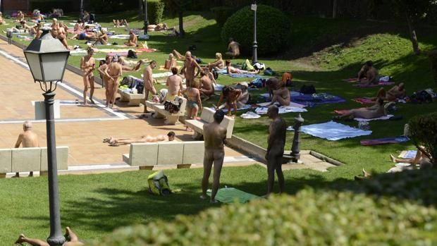 Un grupo de nudistas en una piscina municipal de Madrid
