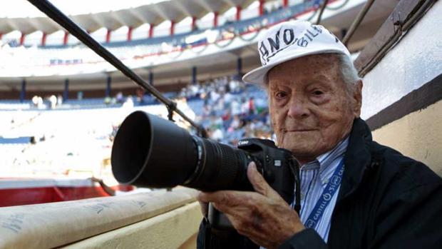 Imagen de Francisco Cano ejerciendo su labor como fotógrafo taurino