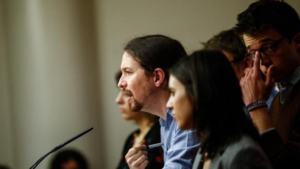 Pablo Iglesias, escoltado por la dirección de Podemos