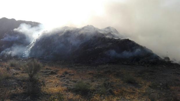 Imagen de la columna de humo provocada por el incendio