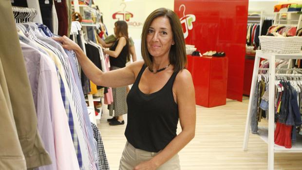 Isabel Fraga, gerente de Arroupa, en la tienda recién abierta en la calle Fernando Macía de La Coruña