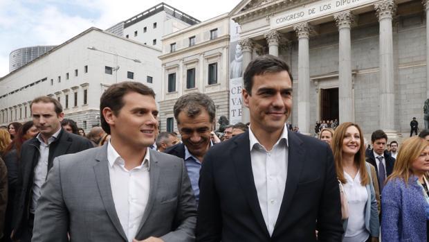 Albert Rivera y Pedro Sánchez en abril, con su acuerdo plenamente vigente