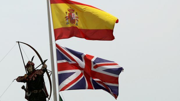 Banderas española y británica ondeando en lo alto de un restaurante de Estepona (Málaga)