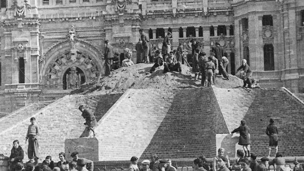 Decenas de madrileños, el 1 de abril de 1939, comienzan a descubrir la Cibeles