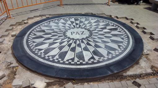 Mosaico instalado en el Paseo del Huécar que recuerda a Marina y Laura