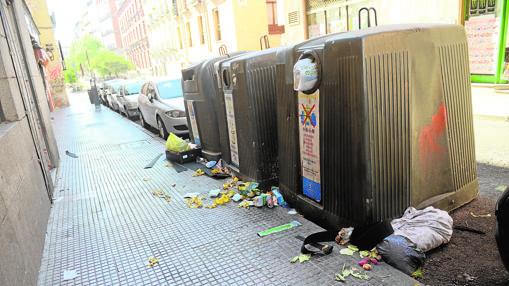 La basura campa a sus anchas en la calle de la Magdalena