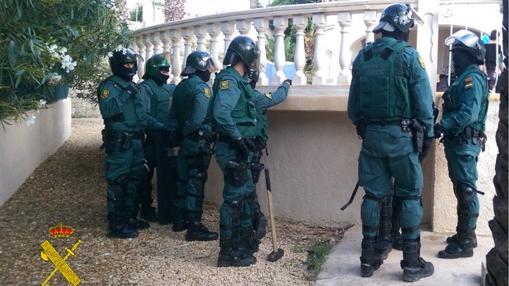 Agentes desplegados para los arrestos de la banda organizada.