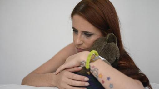 La modelo abraza un peluche de su hijo Thiago