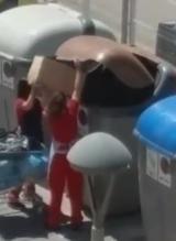 Una madre lanza a su hija al interior de un contenedor para conseguir comida en Gerona