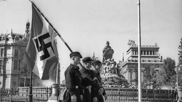 Tres representantes de las juventudes hitlerianas desfilan por delante de la Cibeles