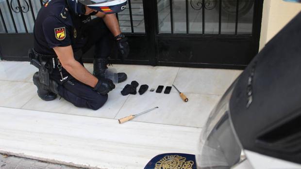 Un agente contempla las herramientas de las tres ladronas