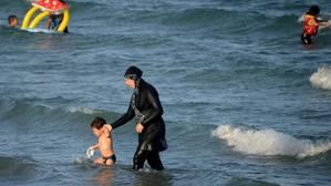 Barcelona defiende la libertad de las mujeres para bañarse con «burkini»
