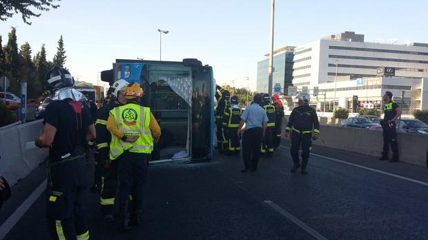 Los bomberos del Ayuntamiento de Madrid rescatan al conductor del autobús atrapado en la cabina en la Avenida de Burgos
