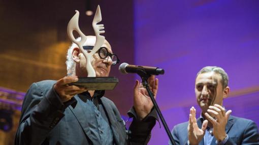 El compositor recibe el premio, aplaudido por el presidente de la Diputación de Alicante.