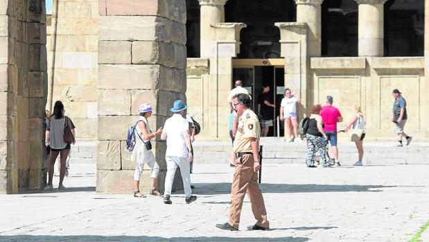 Un vigilante de seguridad privada hace ronda por las inmediaciones del Templo de Debod