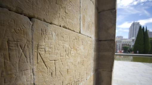 Parte de los desperfectos por actos vandálicos horadados en las paredes del Templo de Debod
