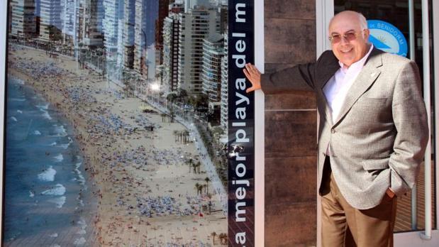 Manuel Catalán Chana, junto a un cartel de «la mejor playa del mundo», Benidorm.