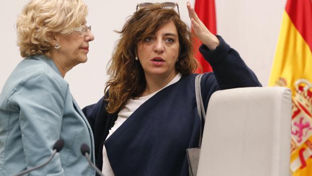 La alcaldesa de Madrid, Manuela Carmena, junto a la edil de Cultura, Celia Mayer