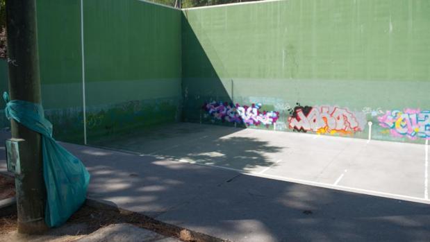 El frontón, una de las pocas dotaciones deportivas del barrio de San Fermín