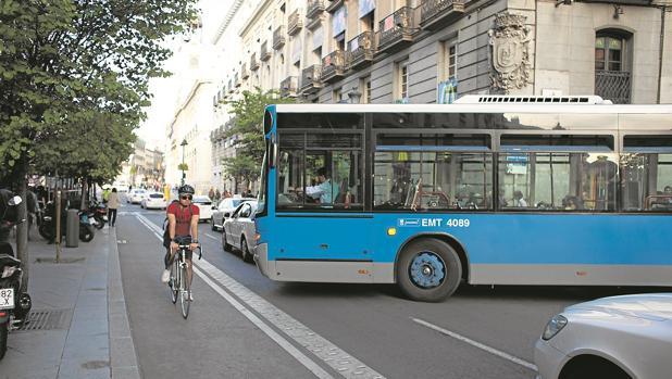 Un ciclista transita por un carril-bici por el barrio de los Austrias