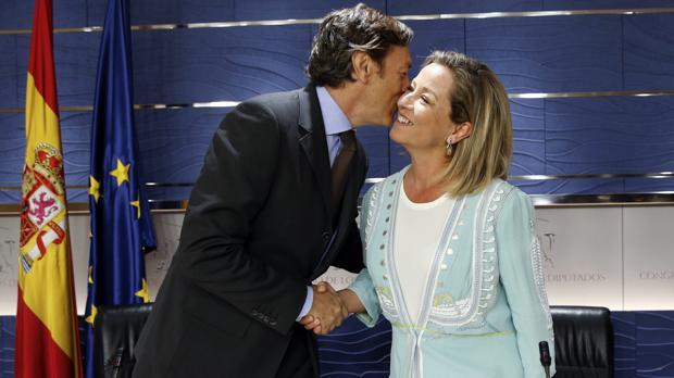 El portavoz popular, Rafael Hernando, saluda afectuosamente a la portavoz de Coalición Canaria, Ana Oramas, antes de presentar el acuerdo de investidura