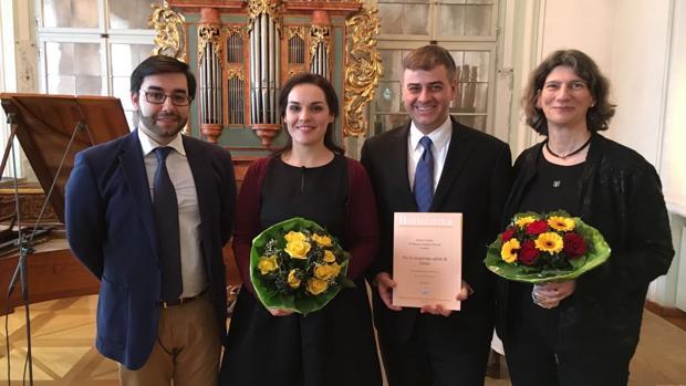 Ernesto Monsalve (I), Sara María Rodríguez (C) y Timo Jouko Herrmann (D) con la partitura
