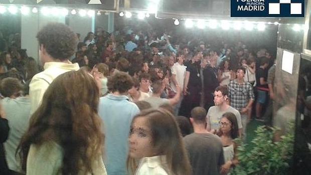 La Policía desaloja a unos jóvenes de una discoteca
