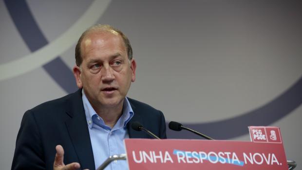El candidato socialista, Xoaquín Fernández Leiceaga, en la sede del partido