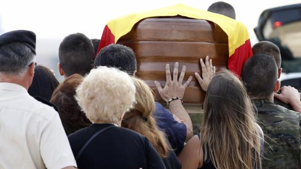 Cortejo fúnebre del militar fallecido, este sábado en el aeropuerto de Manises