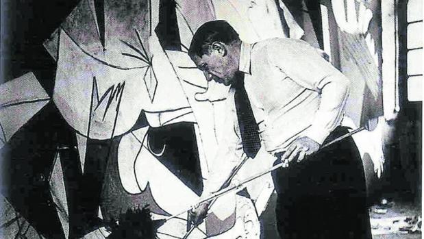 El pintor Pablo Picasso, en plena creación del Guernica entre el 11 de mayo y el 4 de junio de 1937
