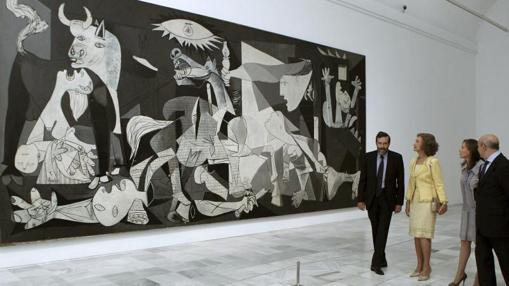 La Reina Doña Sofía en el museo, frente al Guernica