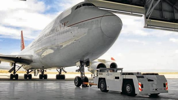 Avión entrando en un hangar del aeropuerto industrial de Teruel
