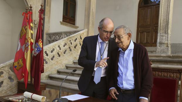 Javier Iglesias charla de forma distendida con Antonio Romo, antes de hacerle enrega de la Medalla de Oro