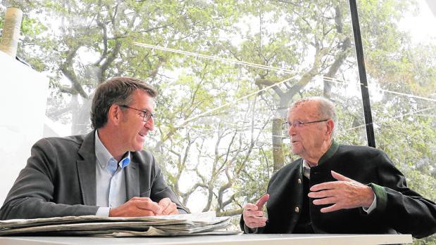 Núñez Feijoo, presidente de la Xunta, junto al presidente de honor del PP gallego, Gerardo Fernández Albor