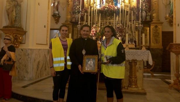 Eva María Macías y Patricia de Lemos han entregado una medalla de la Virgen del Prado y un cuadro de la patrona de Ciudad Real