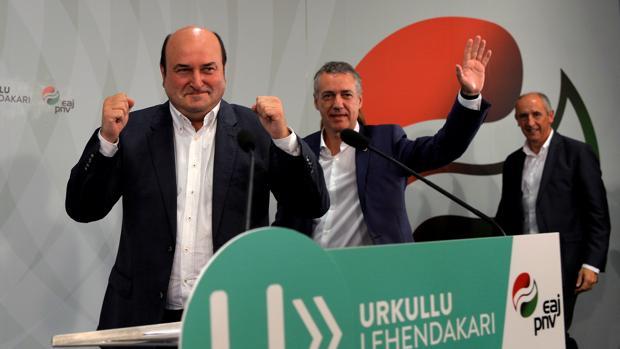 Andoni Ortuzar, Íñigo Urkullu y Erkoreka (de izda a derecha) celebrando la victoria de ayer