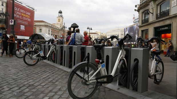 Una parada de BiciMad en la Puerta del Sol