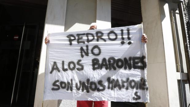 Un militante del PSOE, durante esta semana, en las inmediaciones de Ferraz
