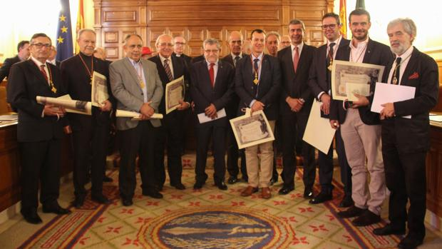 Académicos en el salón de plenos de la Diputación