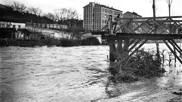 Crecida del río Manzanares en febrero de 1910. En la imagen el puente de Garrido destruido por la corriente