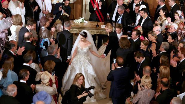 Los Príncipes de Albania, recién casados. A la izquierda, Doña Sofía aplaude a los novios tras la ceremonia en en Palacio de las Brigadas de Tirana