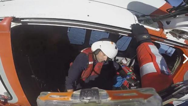 El feliz rescate de un padre y un hijo que encallaron en la costa de Tazones