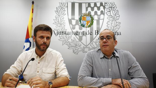 El primer teniente de alcalde y alcalde accidental de Badalona, Oriol Lladó (d), y el tercer teniente de alcalde, José Téllez